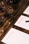 ochutnávky vín, pero a skleničky na dřevěném stole