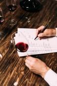 kivágott kilátás sommelier írásban dokumentumok asztali és gazdaság borospohár