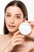 Fotografie krásná mladá žena s dokonalou kůží, která představuje kosmetické krémy izolované na bílém