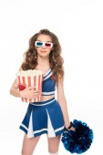 sexy Cheerleader Mädchen in blauer Uniform und 3d Brille mit Pompom und Eimer Popcorn isoliert auf weiß
