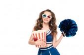 lächelnde Cheerleader Mädchen in blauer Uniform und 3d Gläser mit Pompom und Eimer Popcorn isoliert auf weiß