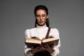 elölről véve összpontosított Steampunk nő olvasatban könyvet izolált szürke