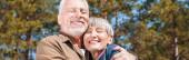 panoramatický pohled na šťastné starší dvojice s úsměvem a zavřenýma očima
