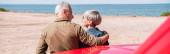 gyönyörű kilátás a magas rangú turisták pár közeli autó és átfogó a strandon