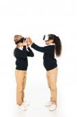 Ansicht von zwei multikulturellen Freunden in voller Länge mit Virtual-Reality-Headsets auf weißem Hintergrund