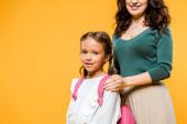 nyírt az anya megható vállát a lánya izolált narancs