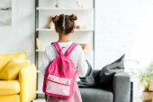 vissza véve aranyos iskolás állva rózsaszín hátizsák otthon