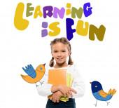 glückliche Schulkind Bücher in der Nähe des Lernens ist Spaß Schriftzug auf weiß