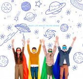 1 izgatott gyerekek a szuperhõs jelmezek és maszkok emelt kézzel
