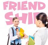 školačky ve formálním oblečení s knihami, které se na sebe dívají a sdílejí jablko v blízkosti přátelských dopisů na bílém