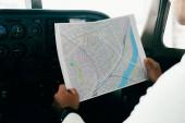 Teilansicht der Pilot-Holdingkarte im Flugzeug