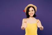 mosolygó csinos lány szalma kalap mutató remek elszigetelt a lila