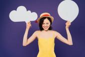 šťastná dívka v slaměném klobouku s prázdnou bílou myšlenkou a promluva řeči izolovaná na purpurové