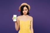Kijev, Ukrajna-július 3, 2019: szomorú csinos lány Szalmakalapot gazdaság okostelefon Android logó izolált lila