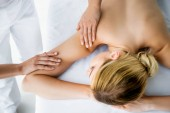 Fotografie abgeschnittene Ansicht von Masseur tun Rückenmassage zu Frau in Spa