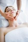 oříznutý pohled na masér dělá masáž tvář atraktivní ženě