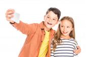 Fotografie zwei lächelnde Kinder, die Selfie isoliert auf weiß