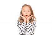 Frontansicht eines schockierten Kindes in lässigem Outfit isoliert auf Weiß