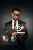 Afrikanischer amerikanischer Geschäftsmann in Brille mit digitalem Tablet auf dunklem Hintergrund mit Illustration zur Internetsicherheit