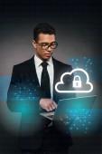 africký americký podnikatel pomocí notebooku na tmavém pozadí s internet bezpečnostní ilustrace