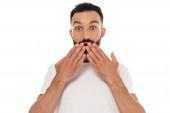 šokovaný a vousatý muž zakrývající ústa s rukama izolovanými na bílém