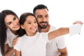 selektivní zaměření usměvavé rodiny přičemž selfie izolované na bílém