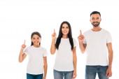 šťastní rodiče a roztomilá dcera ukazuje prsty izolované na bílém