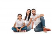 šťastná rodina v džínách džíny sedí izolované na bílém
