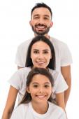 glückliche Familie in weißen T-Shirts isoliert auf weiß
