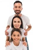 fröhliche Familie in weißen T-Shirts isoliert auf weiß