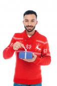 glücklicher bärtiger Mann berührt Schleife auf Geschenk isoliert auf weiß