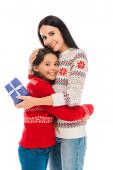 fröhliche Mutter umarmt Tochter und hält Voreinstellung isoliert auf Weiß