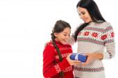 fröhliche Mutter überreicht Tochter ein blaues Geschenk