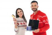 glücklicher Mann hält Laptop mit Geschenk in der Nähe fröhliche Frau mit Kreditkarte isoliert auf weiß