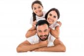 felice genitori e figlia sorridente isolato su bianco