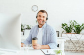 Photo happy operator in brokers agency holding coffee to go
