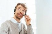 Photo handsome bearded operator in brokers agency smiling and touching headset