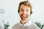 Photo cheerful bearded operator in brokers agency looking at camera