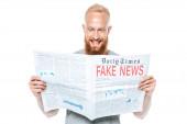 smějící se vousáč čtoucí noviny s falešnými zprávami, izolovaný na bílém