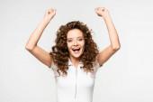 úspěšná kudrnatá dívka v bílém tričku, izolovaná na bílém