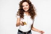 Lächeln lockiges Mädchen mit Kreditkarte, isoliert auf weiß
