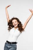 vzrušená kudrnatá mladá žena v bílém tričku, izolovaná na bílém