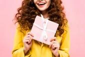 vágott kilátás göndör lány gazdaság ajándék, elszigetelt rózsaszín