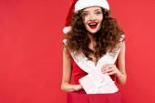 boldog nő télapó jelmez gazdaság bevásárló táska ajándékdoboz, elszigetelt piros