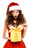 vonzó meglepett lány télapó jelmez gazdaság karácsonyi ajándék, elszigetelt fehér