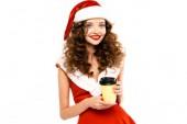 krásná usmívající se žena v kostýmu Santa drží kávu jít, izolované na bílém