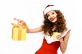 usmívající se dívka v kostýmu Santa drží vánoční dárek a kávu jít, izolované na bílém