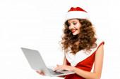 vonzó nő télapó jelmez és kalap segítségével laptop, elszigetelt fehér