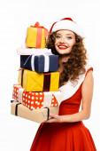 šťastná dívka v kostýmu Santa drží hromadu dárků, izolované na bílém