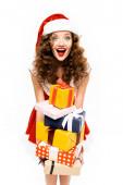 vonzó izgatott lány télapó jelmez gazdaság halom ajándék, elszigetelt fehér